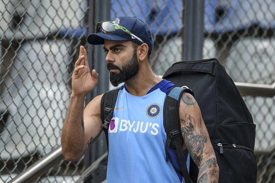 WATCH: Virat Kohli ignores a girl approaching him for a selfie!