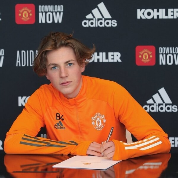Savage signs contract with Manchester United