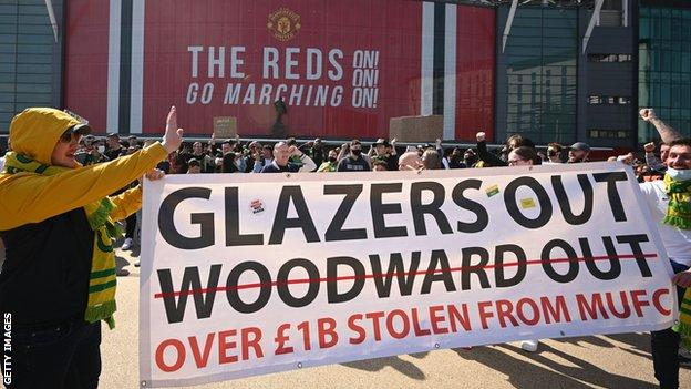 Why were Manchester United fans protesting?